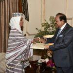Madaxweynaha Pakistan oo waraaqaha aqoonsiga ka guddoomay safiirada cusub ee Soomaaliya – Sawiro