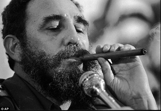 Fidel Castro wuxuu aad u jeclaa cabida sigaarka. [Sawirka: AP Archive]