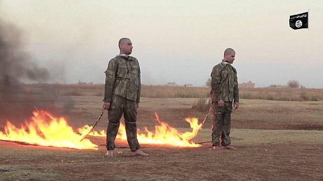 Labada askari ee Turkiga ah oo ay ISIS gubtay. [Sawirka: Daily Mail]