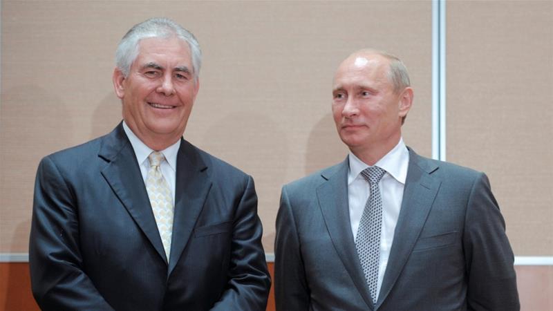 Rex Tillerson oo la taagan madaxweynaha Ruushka Vladamir Putin. [Sawirka: Reuters]
