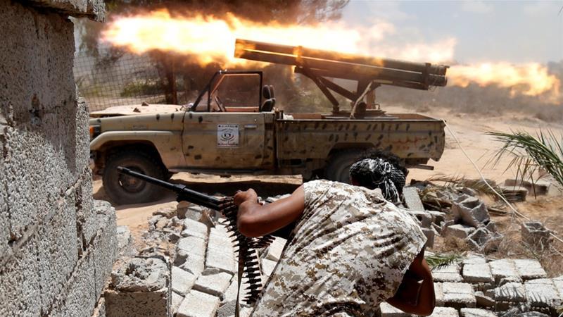 Ciidamada Libya oo sheegay in ay magaalada Sirte kala wareegeen maleeshiyada ISIS kadib dagaal dhiig badan ku daatay. [Sawirka: Reuters]