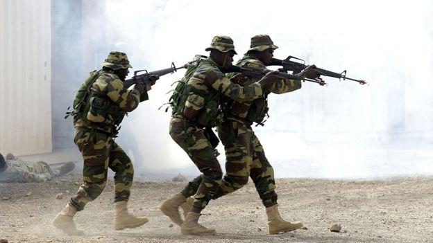 Ciidamada Senegal oo gudaha u galay dalka Gambia si ay dabada uga riixaan madaxweynaha cusub Adama Barrow. [Sawirka: AFP]