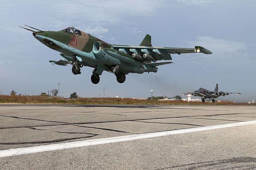 Labo kamid ah diyaaradaha dagaalka Ruushka oo noocoodu yahay Su-25 oo ka kacaya saldhiga millatariga Latakia ee Ruushku uu ku leeyahay gudaha Suuriya.  [Sawirka: Archive]