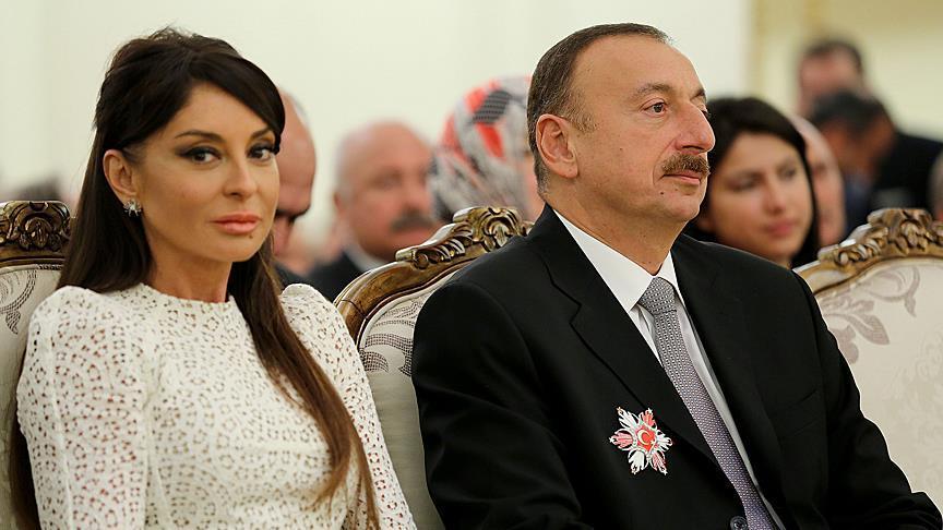 Madaxweynaha Azerbaijan Ilham Aliyev (Bidix) iyo xaaskiisa Mihriban Aliyeva oo uu ka dhigay ku xigeen (Midig). [Xigashada Sawirka: Anadolu]