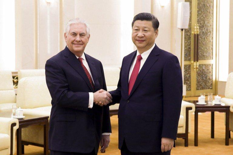 ) Madaxweynaha wadanka Shiinaha Xi Jinping iyo xoghayaha arrimaha dibada Mareykanka Rex Tillerson oo is gacan qaadaya. [Sawirka: Twitter]