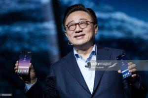 DJ Koh, oo ah madaxweynaha ganacsiga isgaarsiinta taleefoonada gacanta ee Samsung oo ka hadlaya munaasabada daah ka qaadida Galaxy S8. [Xigashada Sawirka: Getty Images]