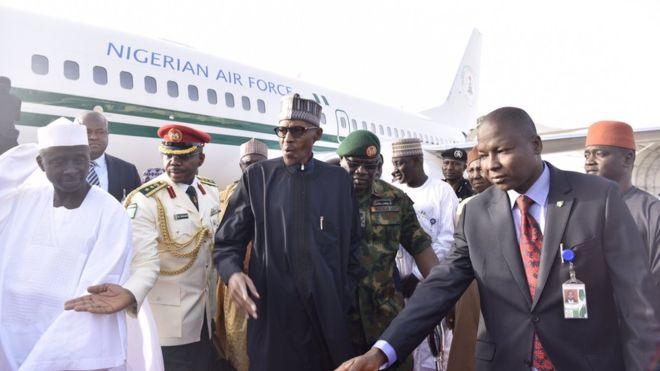 Madaxweynaha Nigeria Muhammadu Buhari oo dalkiisa dib ugu noqday kadib daaweyn caafimaad oo uu ku qaatay magaalada London. [Xigashada Sawirka: BBC]
