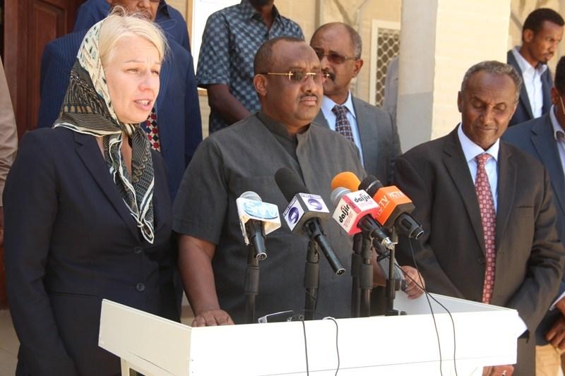 Puntland President Abdiweli Mohamed Ali, and Finland ambassador to Somalia Tarja Fernandez speaking to the reporters in Garowe. [Photo: Presidency Press Office]