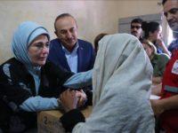 Marwada Kowaad ee dalka Turkiga Emine Erdogan oo gargaar ku wareejinaysa qaxootiga Muslimiinta Rohingya. [Xigashada Sawirka: Anadolu]