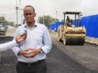 Speaking to reporters, Mogadishu mayor Tabid Abdi Mohamed. [Photo Credit: Radio Mogadishu]