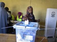 Sawirka: Haweenay reer Somaliland oo codkeeda dhiinabaysa doorashadii dhacday 13 November, 2017.