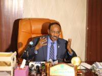 Somali Finance Minister Abdirahman Duale Beyle holding press conference in Mogadishu on Sunday. [Image Credit: SONNA]