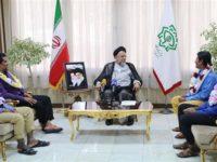 Wasiirka Sirdoonka Iran Mahmoud Alavi oo soo dhaweeyay afarta badmaax ee Iran u dhashay. [Xigashada Sawirka: IRNA]